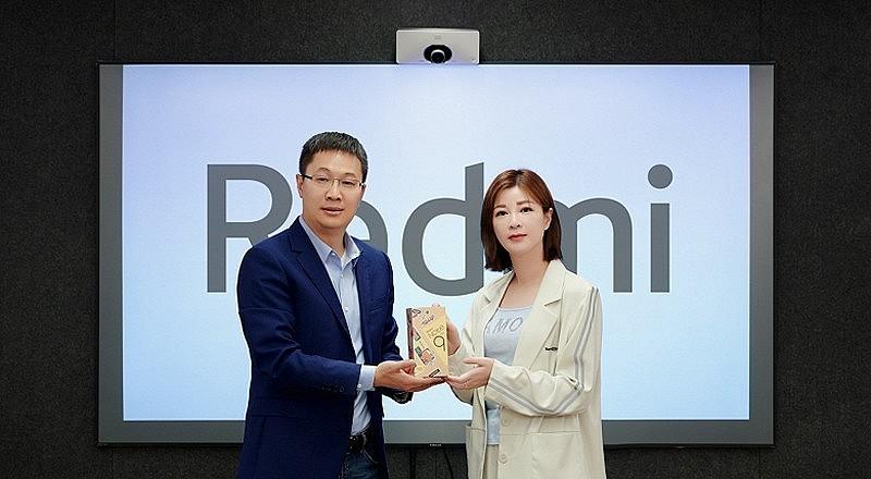 Лу Вейбинг совместно с Ду Хуа демонстрируют новую упаковочную коробку серии Redmi Note 9 Pro 5G