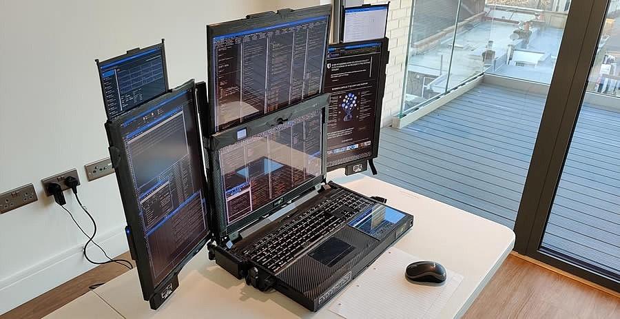Ноутбук Aurora 7 имеет один основной экран и шесть дополнительных