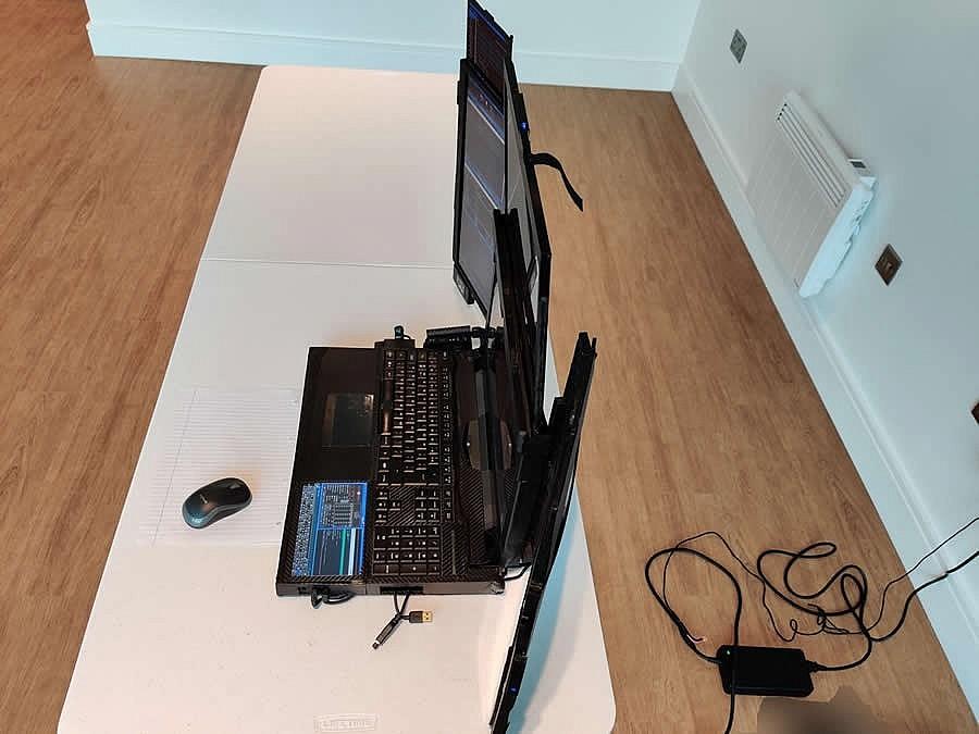 7 дисплеев работают на видеокарте NVIDIA GTX 1060. Установлен процессор Intel Core i9-9900K и 64 Гб оперативной памяти